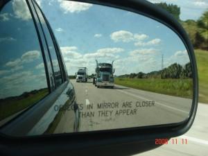 Moderner Spiegel mit Warnhinweis.